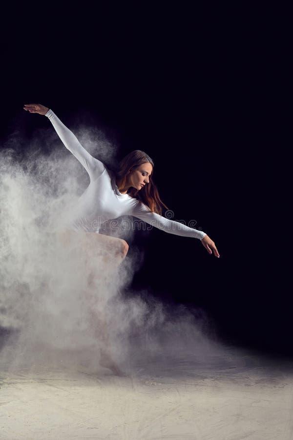 Balerina taniec z mąką na czarnym tle zdjęcie royalty free