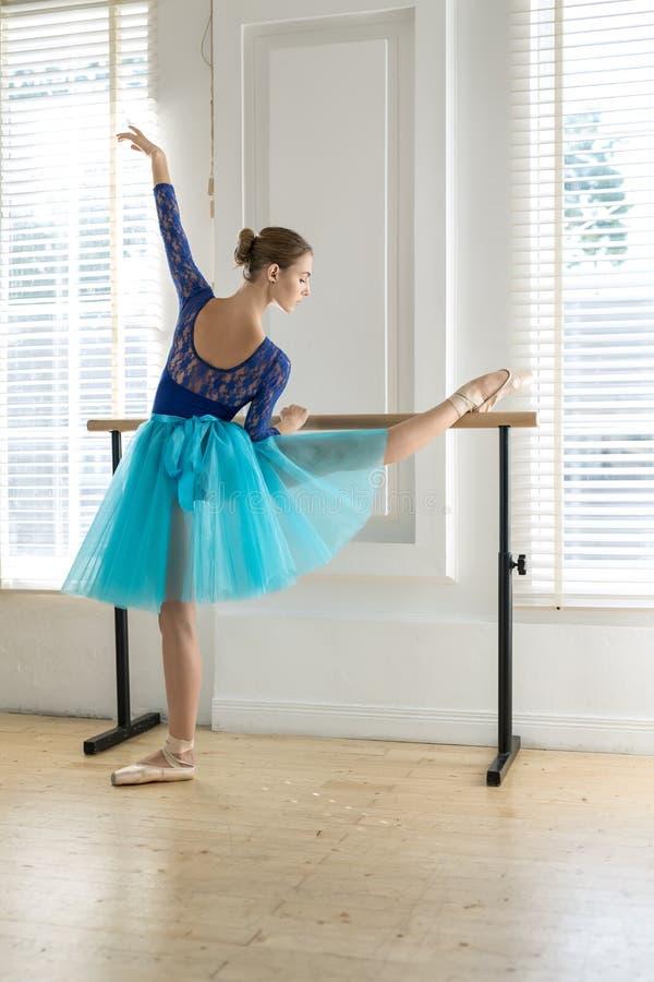 Balerina trenuje na barre zdjęcia stock