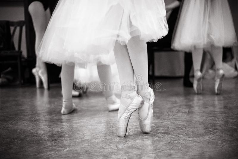Balerina trenuje w taniec sali fotografia stock