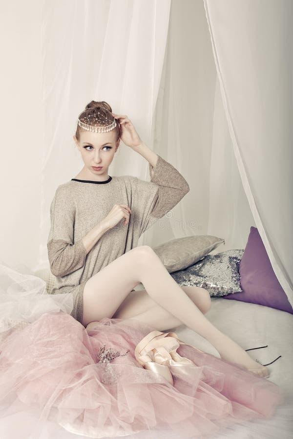 Balerina ubiera po próby zdjęcie royalty free