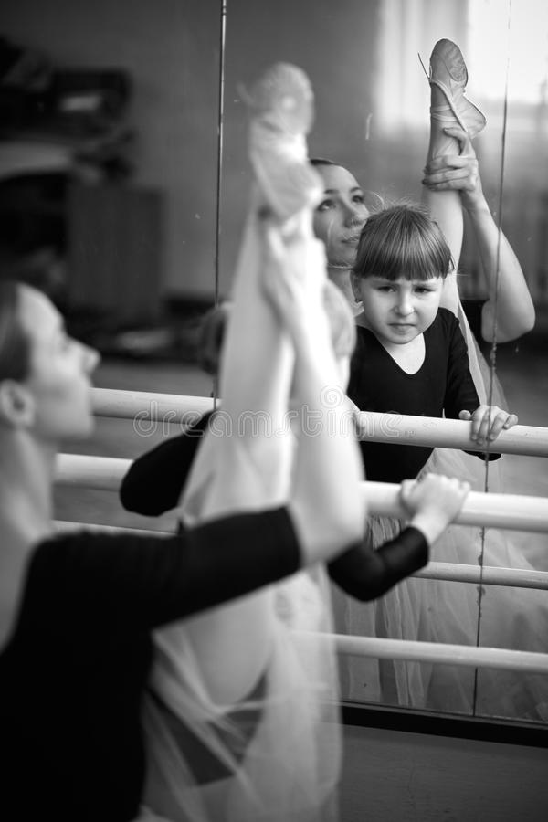 Balerina und Mädchen stockbild
