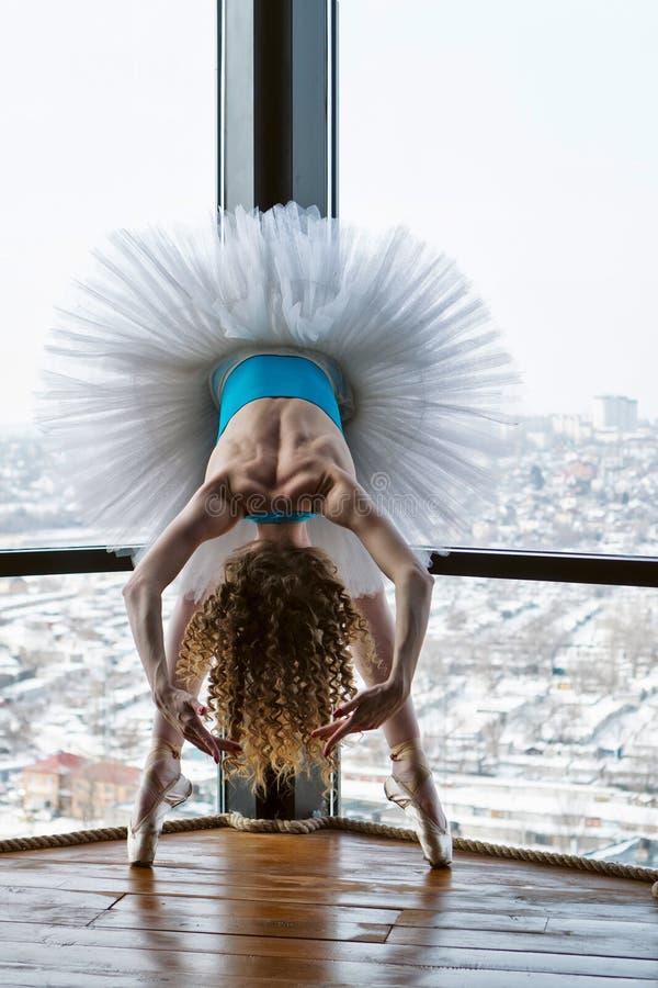 Balerina w baletniczej spódniczce baletnicy i pointe zdjęcia stock