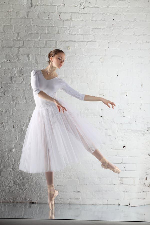 balerina w bielu zdjęcia stock