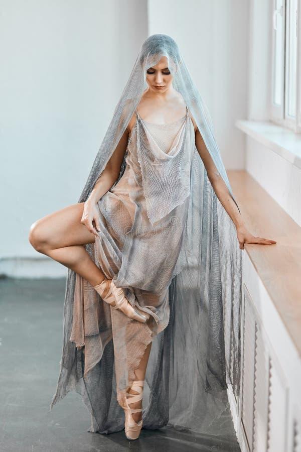 Balerina w eleganckim scenicznym kostiumu gr?e w g?r? wyst?pu przed, napina stop? obrazy stock