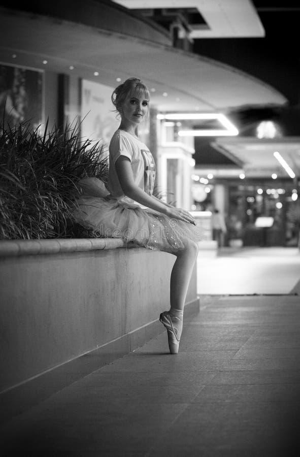 Balerina w miastowym nighttime położeniu fotografia stock