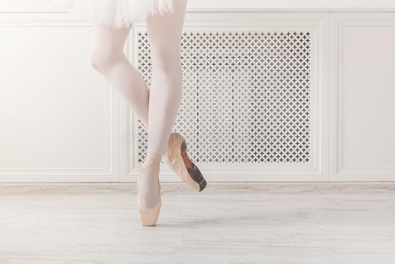 Balerina w pointe butach, pełen wdzięku nogi, baletniczy tło obrazy royalty free