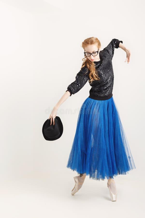 Balerina w pointe kuje tana z kapeluszem zdjęcie stock