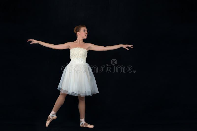 Balerina w pointes i sukni tanczy na białym backgroun obrazy stock