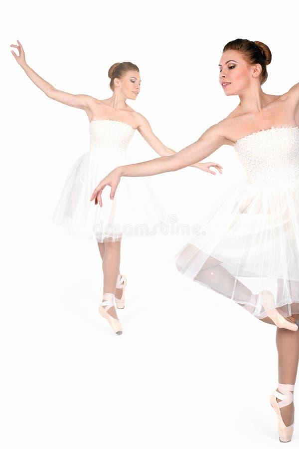 Balerina w pointes i sukni tanczy odosobnionego fotografia stock