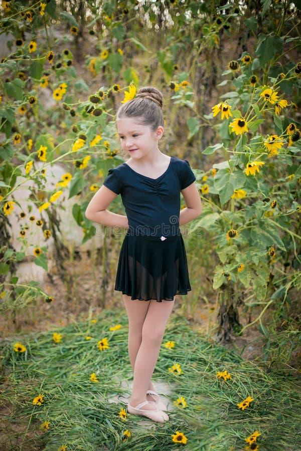 Balerina w polu kwiaty zdjęcie royalty free
