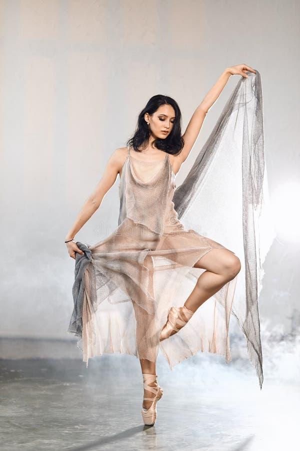 Balerina w scena długim przejrzystym kostiumowym dancingowym nowożytnym balecie zdjęcie stock