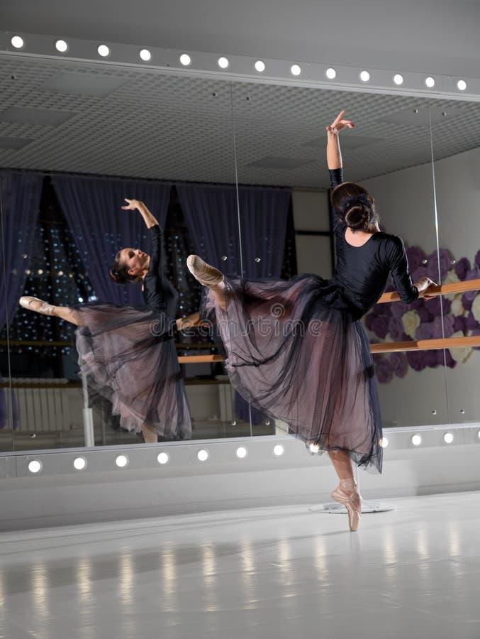 Balerina w stażowej sali zdjęcie stock