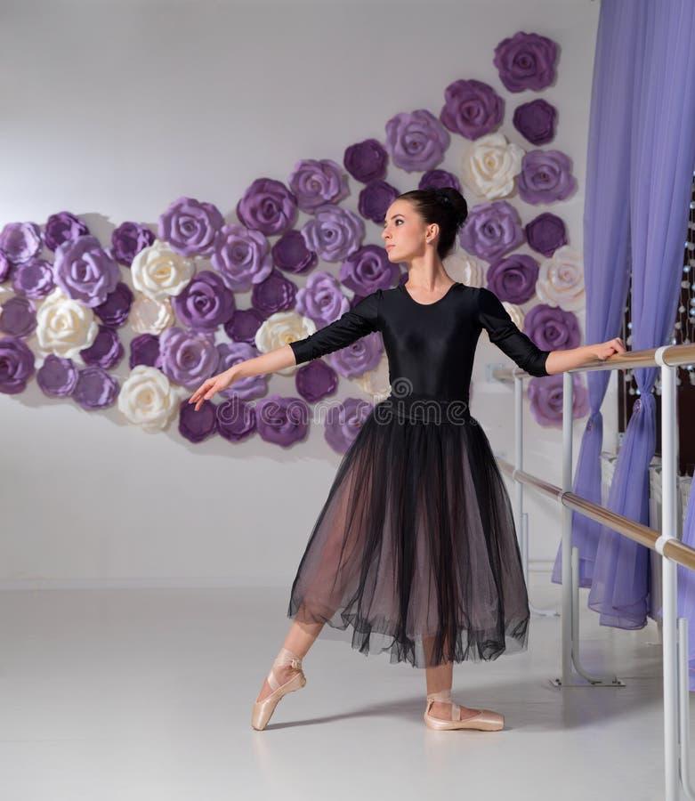 Balerina w stażowej sali zdjęcia royalty free
