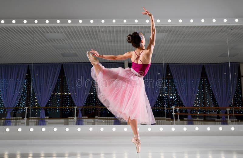 Balerina w stażowej sali obrazy royalty free