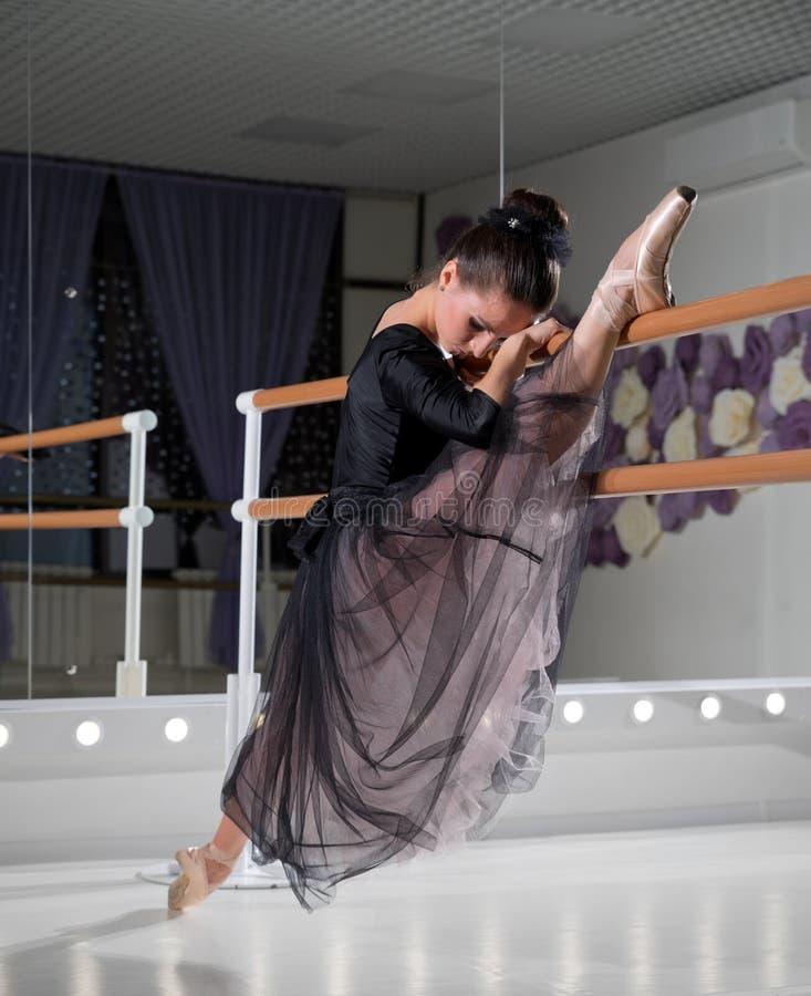 Balerina w stażowej sali zdjęcie royalty free