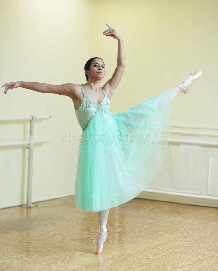 Balerina w tana studiu obraz royalty free