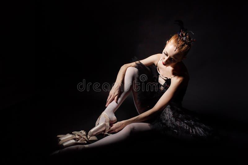 Balerina wiąże Pointe buty obrazy stock