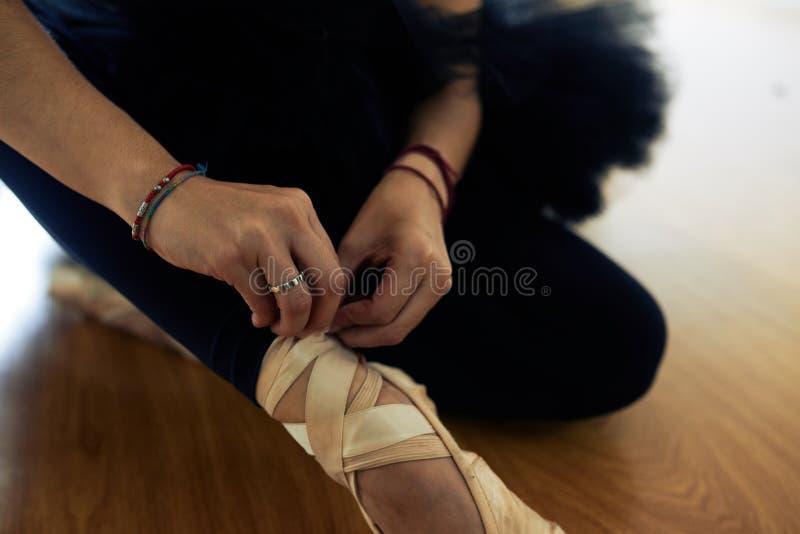 Balerina wiąże Pointe buty zdjęcie royalty free