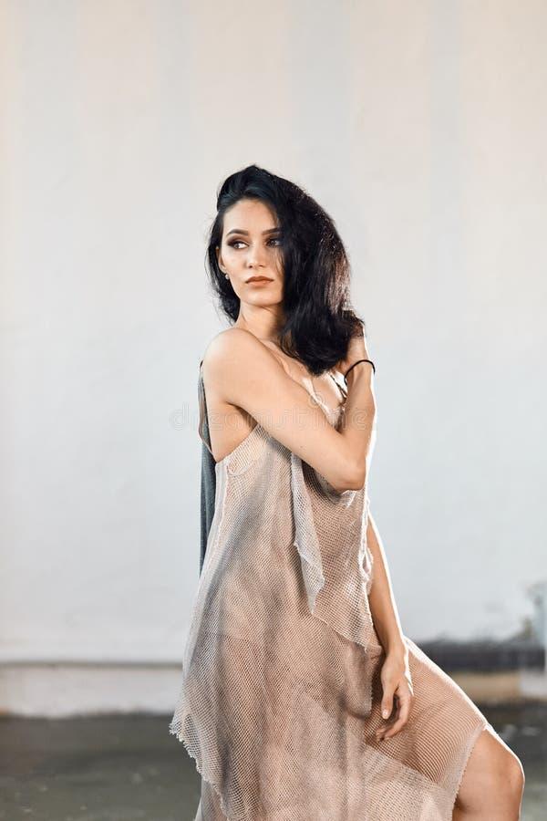 Balerina z doskonalić ciałem romantyczną fishnet suknią i tanczy w studiu zdjęcie royalty free