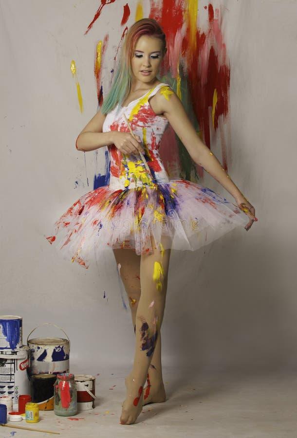 Balerina zakrywająca w farbie obrazy stock