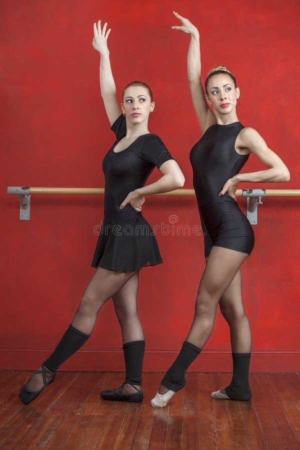 Baleriny Ćwiczy Z rękami Podnosić W studiu obraz stock