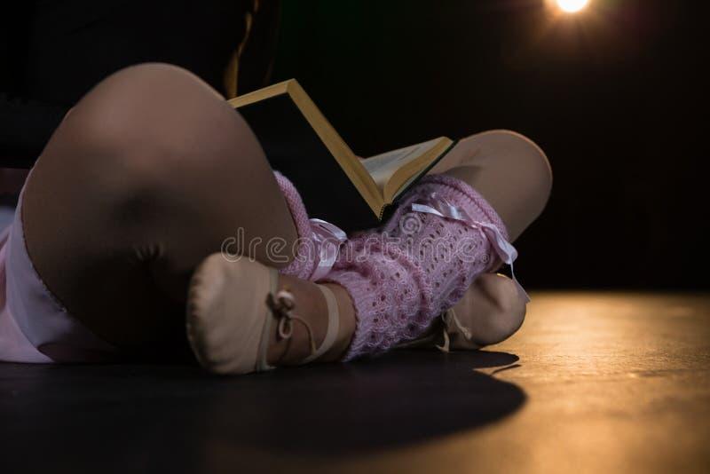 Baleriny czytelnicza książka podczas gdy siedzący na scenie w theatre zdjęcie royalty free