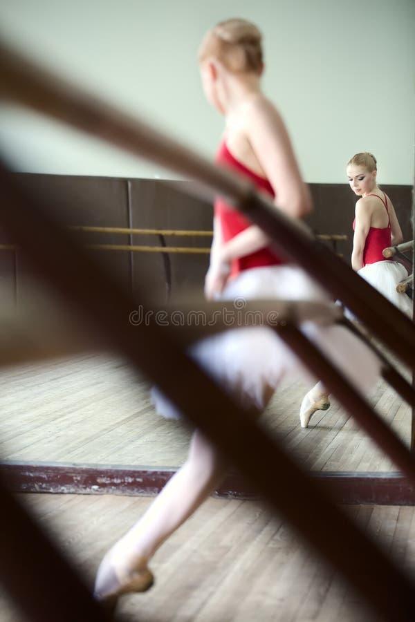 Baleriny dziewczyna w pokoju fotografia royalty free