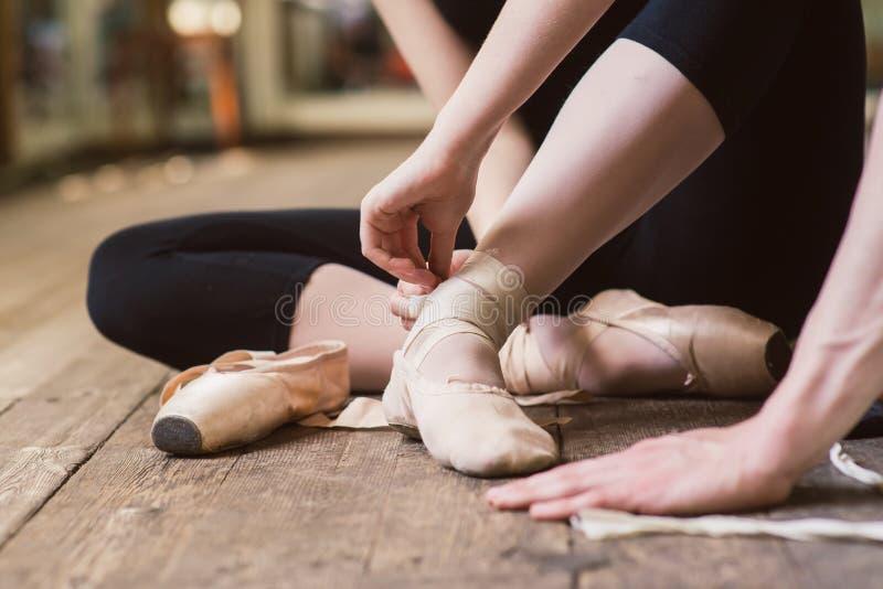 Baleriny kładzenie na jej baletniczych butach obrazy stock