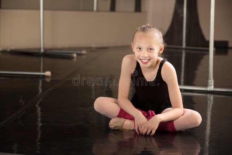 baleriny obsiadanie podłogowy szczęśliwy zdjęcia stock
