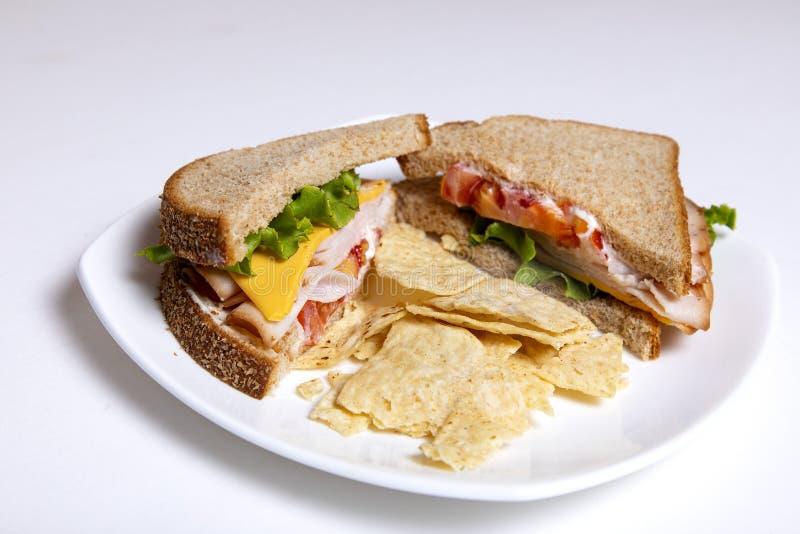 Baleron i serowa kanapka z sałatą, pomidorem i układami scalonymi, obraz stock