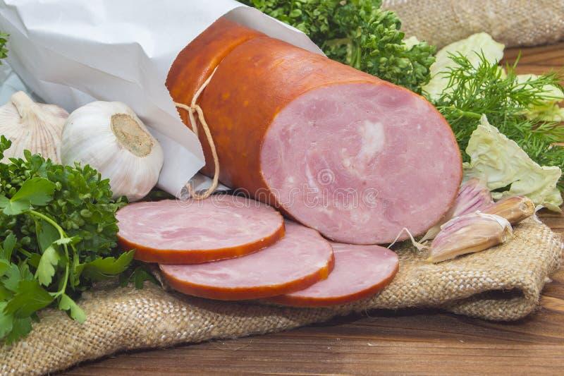 Baleron pokrajać wieprzowiny kiełbasę z czosnkiem i ziele zdjęcia royalty free