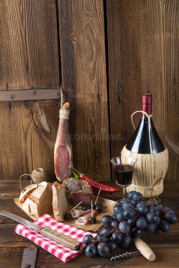 Baleron, wino i chleb, zdjęcie stock