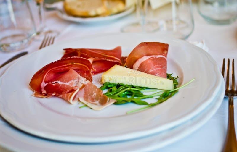 baleron z smakowitym serem, doskonalić dopasowanie dla twój bufeta obrazy royalty free