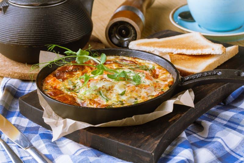 Baleronu i jajka omelette, życiorys jajka, świezi ziele obraz stock