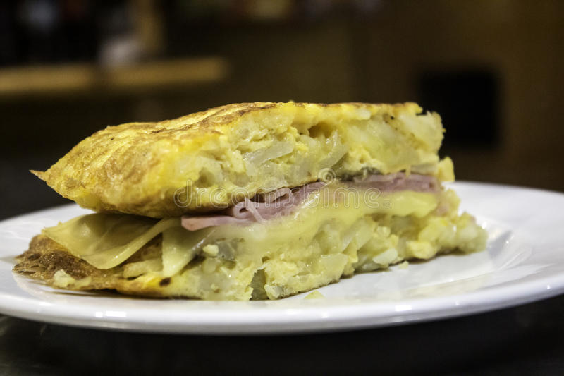 Baleronu i sera omlet faszerujący obraz stock