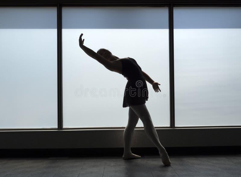 Baletniczego tancerza Backbend sylwetka zdjęcie royalty free
