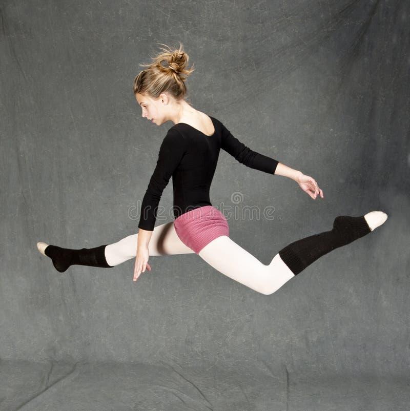 baletniczego tancerza doskakiwanie zdjęcie royalty free