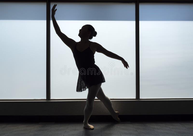 Baletniczego tancerza Lunge sylwetka zdjęcia stock