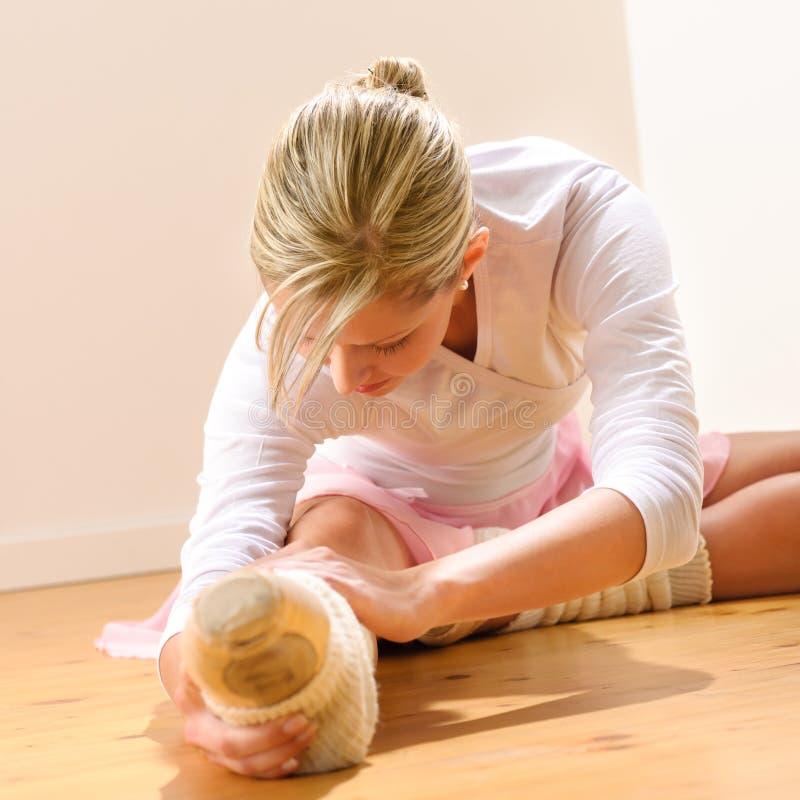 Baletniczego tancerza rozciąganie ćwiczy w studiu zdjęcia stock