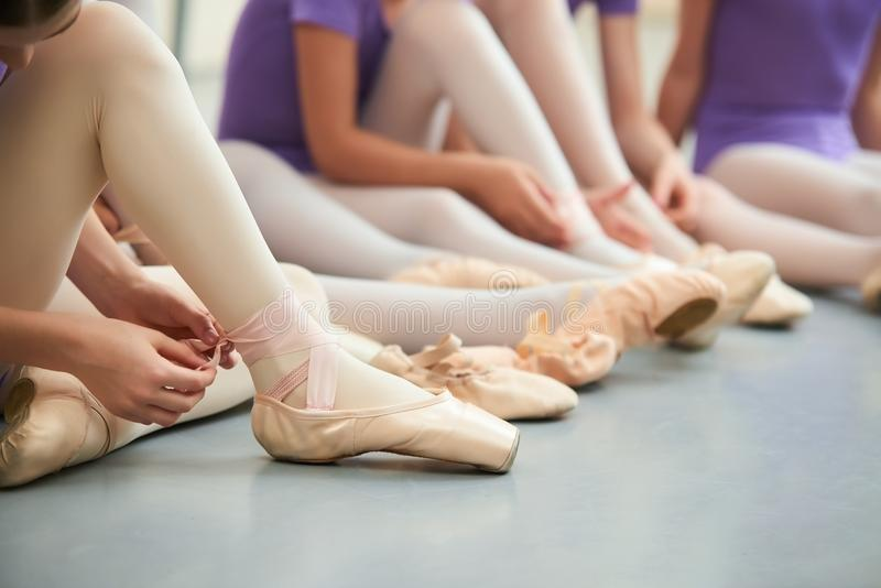 Baletniczego tancerza wiąże kapcie wokoło jej kostki obraz stock