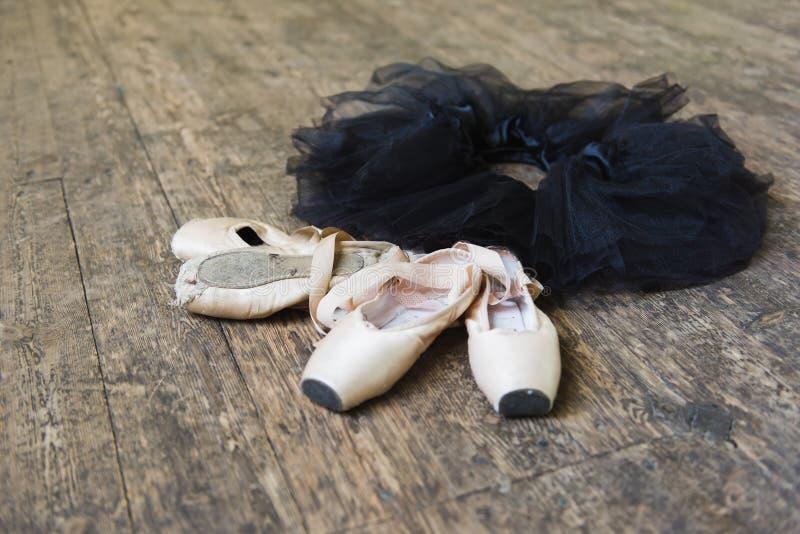 Baletniczy buty i spódniczka baletnicy na drewnianym tle zdjęcia royalty free