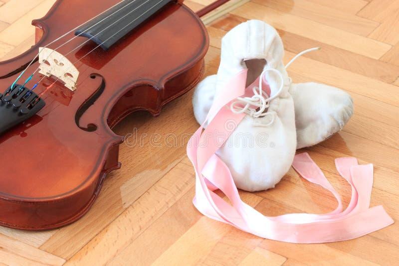 Baletniczy kapcie i skrzypce zdjęcie royalty free