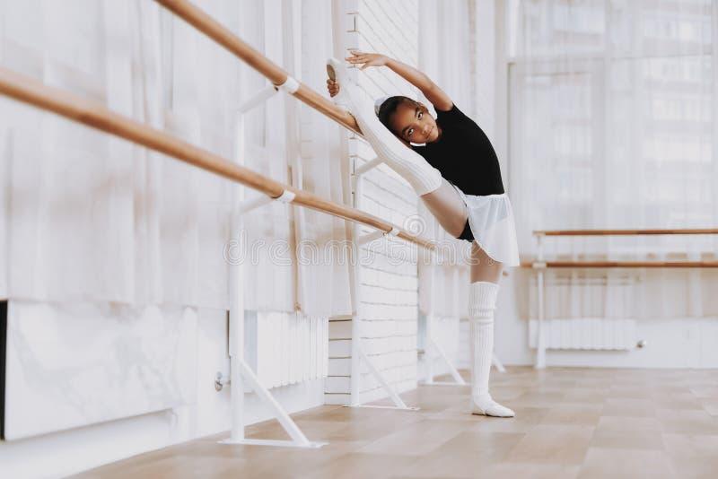 Baletniczy szkolenie młoda dziewczyna w Baleriny spódniczce baletnicy fotografia stock