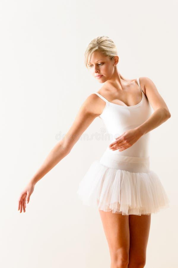 Baletniczy tancerz ćwiczy tana ruch w studiu zdjęcie royalty free