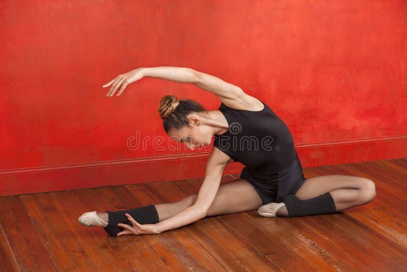 Baletniczy tancerz Ćwiczy W tana studiu fotografia royalty free