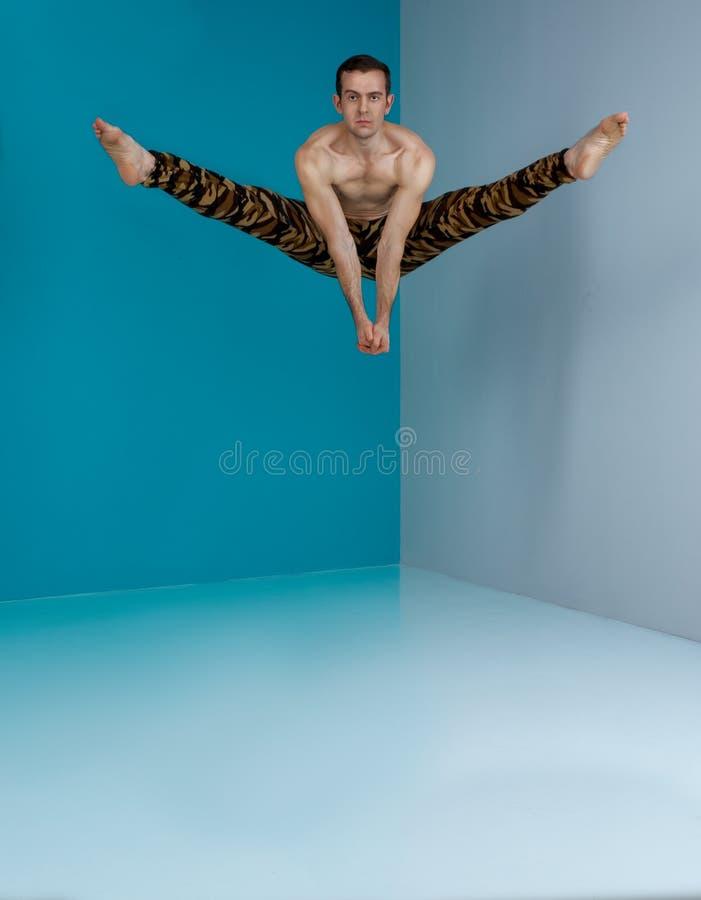 Baletniczy tancerz w ochronnego militarnego koloru sporta przedstawienia tana spodniowym elemencie z tłem zdjęcia stock