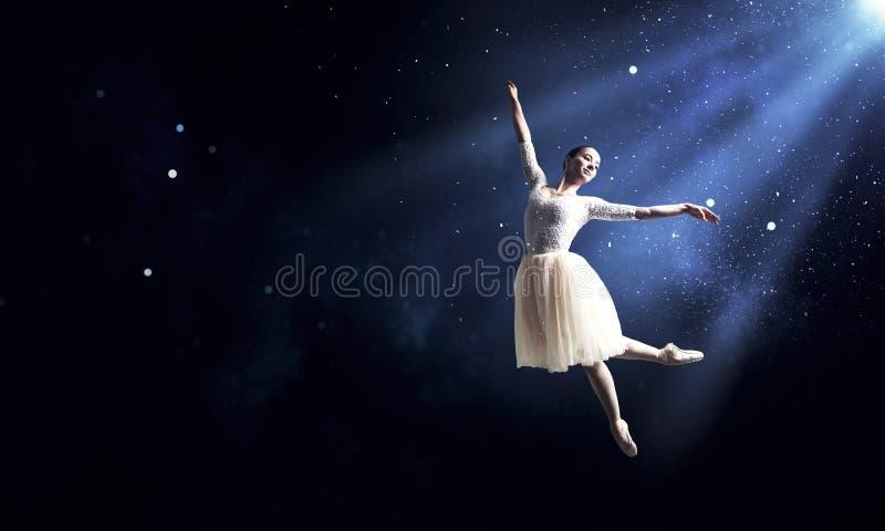 Baletniczy tancerz w skoku fotografia royalty free
