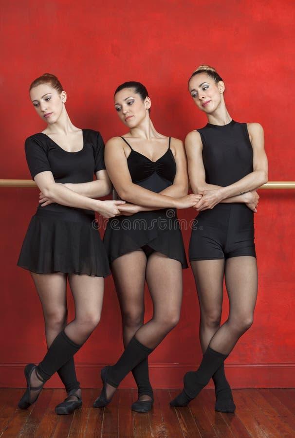 Baletniczy tancerze Trzyma ręki Podczas gdy Wykonujący W studiu obraz stock