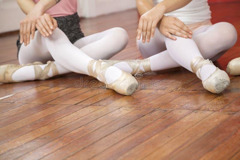Baletniczy tancerze Wykonuje Podczas gdy Siedzący Na podłoga fotografia stock