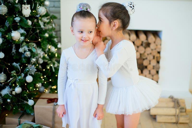 Balettdansör för två barn som står den near julgranen fotografering för bildbyråer